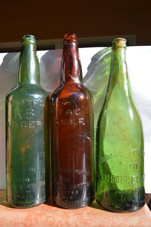 Bouteilles de bière australienne datant de 1918, retrouvées sur une ancienne mine.